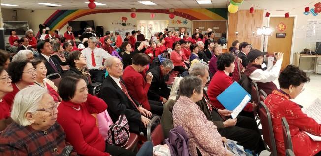 夕陽紅活動站以新穎形式辦匯演,150名會員既是觀眾,也是演員。(記者唐嘉麗/攝影)