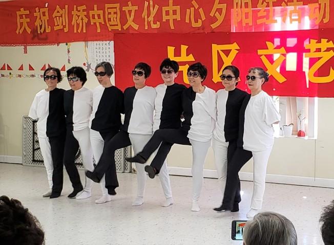 貝爾芒特區會員跳很有特色的「黑白舞」。(記者唐嘉麗/攝影)