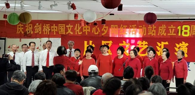 阿靈頓區會員在李燕玉指揮下合唱指定曲「大海啊故鄉」。(記者唐嘉麗/攝影)