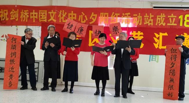 沃森區會員王桂珍、裴繼剛等朗誦「最美不過夕陽紅」。(記者唐嘉麗/攝影)
