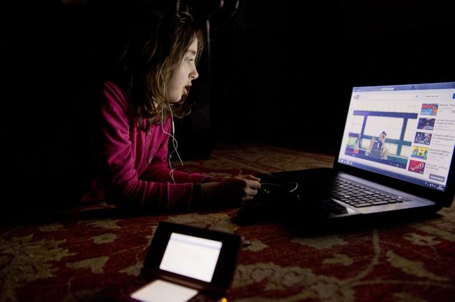 專家提醒家長,要留意兒童在網上觀看的影片,內容可能有害身心。(Getty Images)