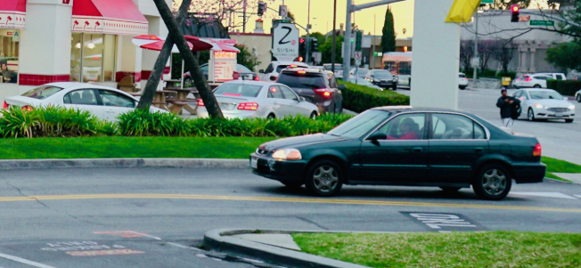 阿市商業發展迅速,如何解決停車難成為都市計劃委員審核新建案的重要考量。有委員建議,新餐館積極提供得來速(Drive-Through)或送餐(Delievery)服務。圖為汽車排隊通過阿市Atlantic大道餐館的得來速通道(Drive-Through)的車陣。(記者陳開/攝影)