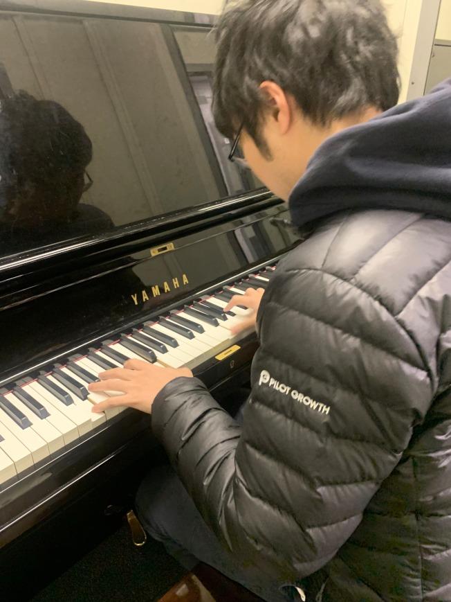 余峻承在伯克利音學院練習鋼琴。(余峻承提供)