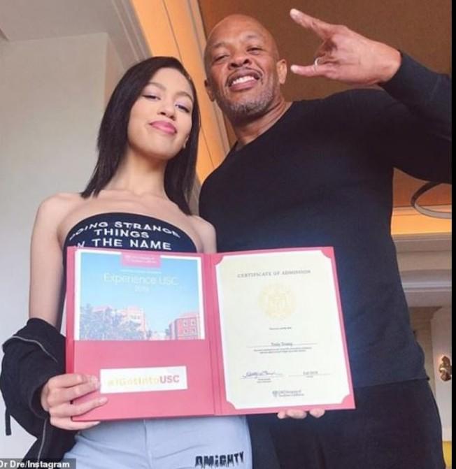 音樂大亨Dr. Dre高調曬他與女兒照片,指她全憑本事申請到南加大,但他也大筆捐款給南加大。(取自Dr. Dre的Instagram)