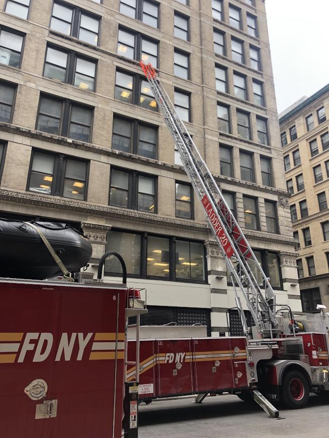 消防車在工廠原址大樓升起雲梯以示悼念。(記者張晨/攝影)