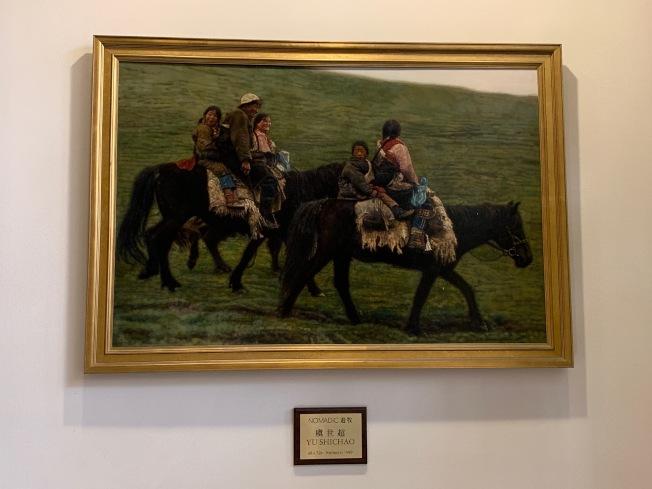 虞世超1999年繪製的西藏遊牧「駿馬」圖,已在法拉盛喜來登酒店展示20年。(記者賴蕙榆/攝影)