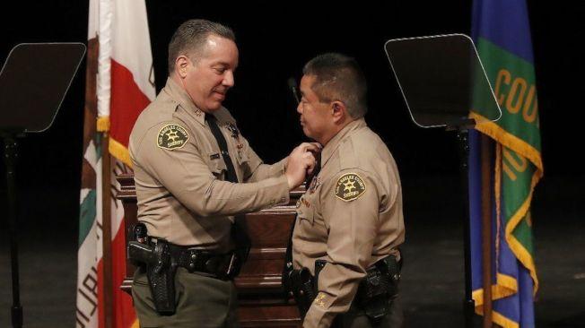 洛杉磯縣警局長維拉紐瓦(左),去年12月讓村上(右),從分局長三級跳,升任助理局長,三個月後又再擢升村上為副局長,領章上掛上四顆星。(洛杉磯時報)