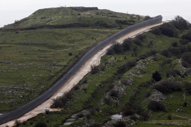 圖為今日戈蘭高地,由一條鐵籬分開,左為敘利亞,右為以色列占領部分。(Getty Images)