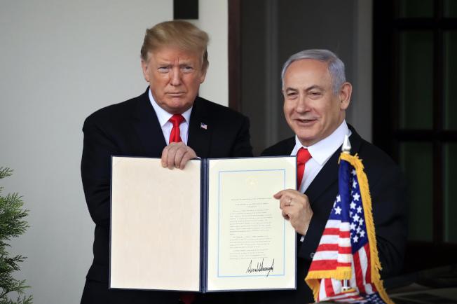川普總統與以色列總理內唐亞胡在白宮共同展示剛簽署的承認戈蘭高地為以色列領土的宣言。(美聯社)