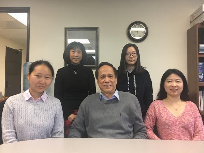 會計師Karen Lin(前排左)、林純德(前排中)、Eileen Cao(前排右)講解新移民報稅需特別留意事項。(記者王全秀子/攝影)