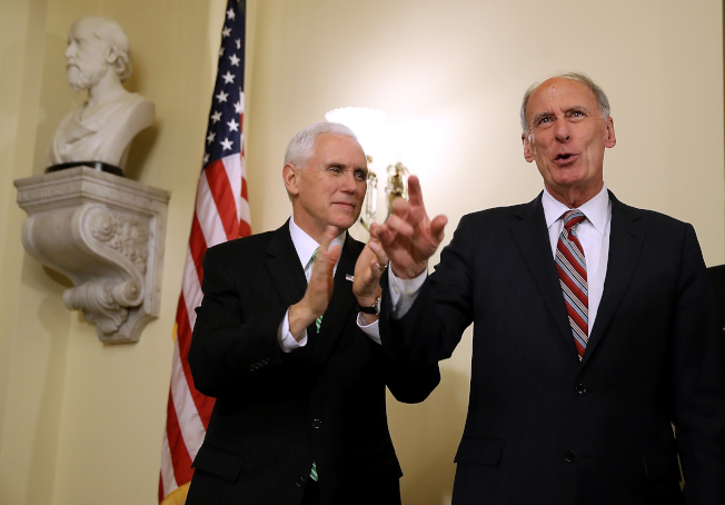 國家情報總監柯茨(右)因不滿川普不把專業情報人員看在眼裡,本來去年底就想走人,但被老友副總統潘斯(左)勸留。(Getty Images)