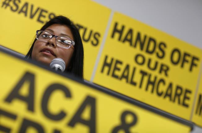 健保議題再度點燃2020年總統大選戰火。川普總統26日表示要全面廢除歐記健保,另立新法。(美聯社)