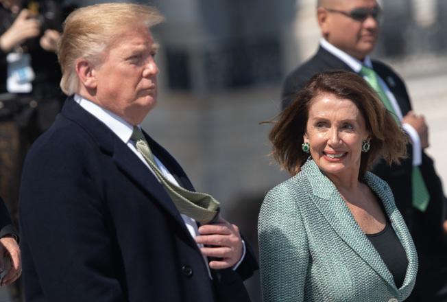 2020年總統大選議題主軸浮現。川普總統(左)與眾院民主黨議長波洛西(右),26日都分別表示,健保將是爭取選民的重要政見。(Getty Images)