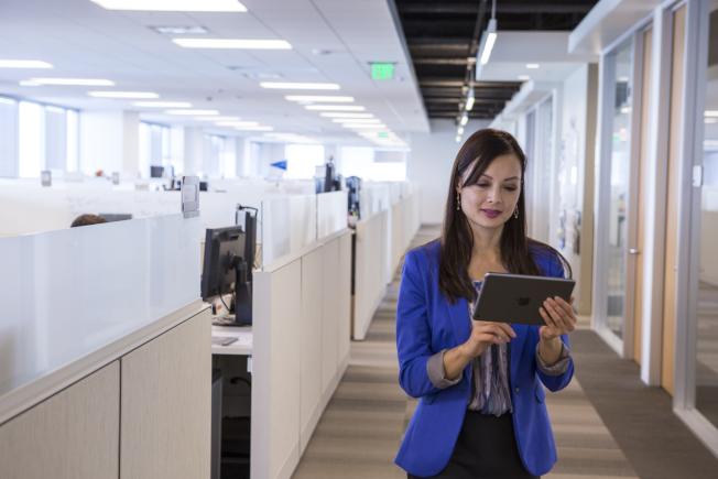愈來愈多企業推行「員工自備裝置」,透過個人設備存取敏感企業資訊,其實存在資安外洩風險。(Polycom/提供)