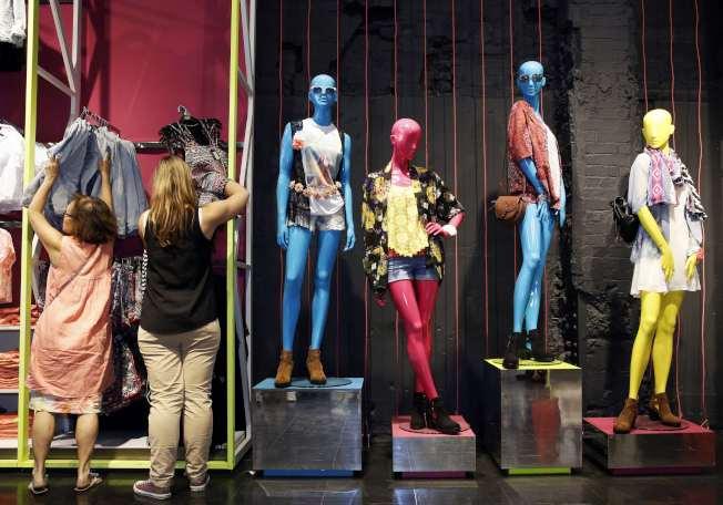 快時尚產業風靡全球,各地都有平價衣飾店。(路透)
