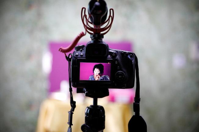 網紅不分年齡,年過七旬的南韓嬤嬤朴寞禮可是當紅美妝YouTuber。(路透)
