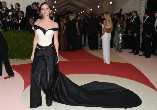好萊塢女星艾瑪華森曾穿著回收寶特瓶環保再生織物製成的禮服出席紐約大都會藝術博物館慈善晚會(Met Gala)。(美聯社)
