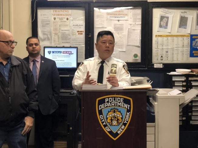 市警五分局局長吳銘恆(右)提醒民眾預防電信詐騙。(記者張晨/攝影)