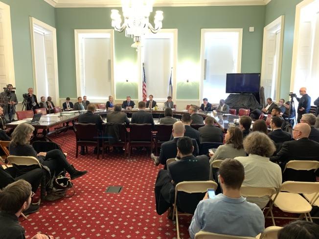市議會交通委員會27日舉行公聽會,聽取有關打擊濫用公務停車證五項提案有關的公眾意見。(記者和釗宇/攝影)