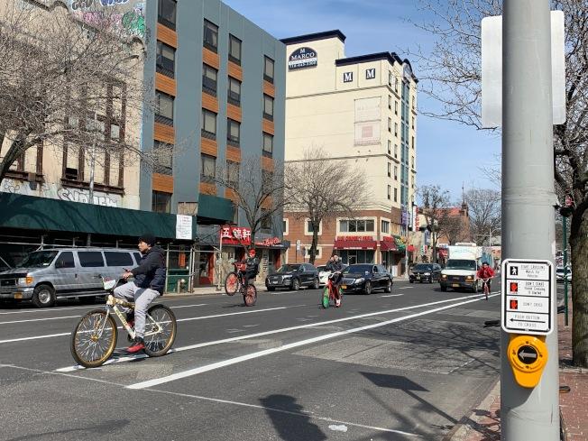 歷時六個月,市交通局終在北方大道重畫永久車道線。(記者賴蕙榆/攝影)