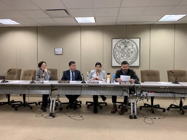 市議會消費者事務與商業許可委員會投票通過了五項大麻合法化之後監管決議案,顧雅明(左二)投出反對票。(記者和釗宇/攝影)