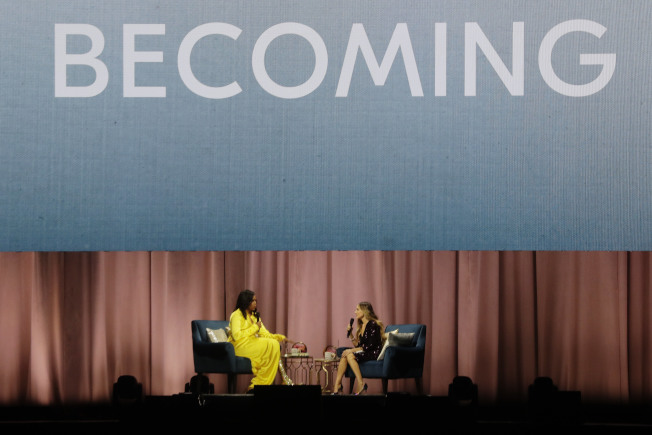 前第一夫人米雪兒‧歐巴馬的《Becoming》(蛻變)即將成為史上最暢銷的回憶錄。圖為去年12月米雪兒接受訪問談她的新書。(美聯社)