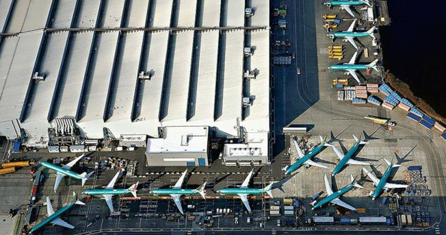 大量待交付的波音737 MAX飛機日前停泊在位於美國華盛頓州倫頓市波音工廠停機坪上。(路透)