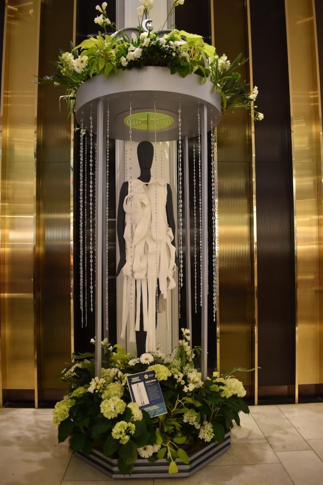 紐約流行設計學院以「Paradisios之旅」為主題,設計了七套時裝,展示在太空吊艙中。(記者顏嘉瑩/攝影)