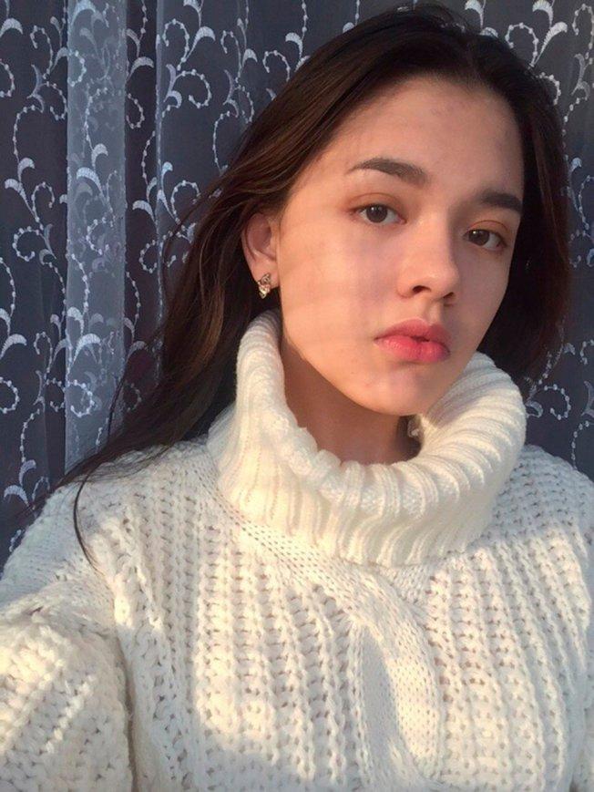 俄羅斯一名15歲少女,和親友到一處鐵軌開心玩自拍,曾說過「很怕虛度生命」,沒想到遭疾駛而來的火車瞬間輾斃。圖/翻攝自太陽報