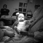 嬰兒出生比超人動作 醫師樂:英雄誕生了
