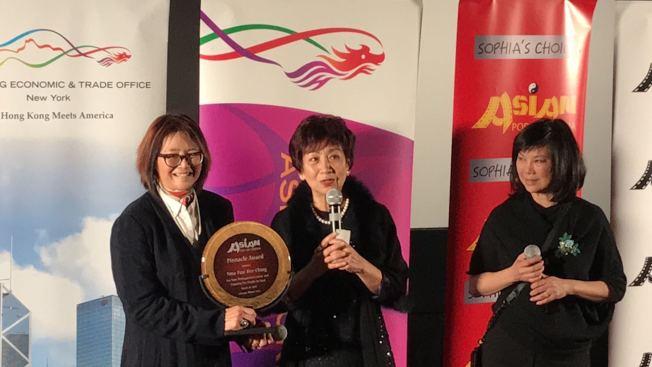 王曉菲(左)為鮑起靜(中)頒發職業成就奬。(記者董宇/攝影)