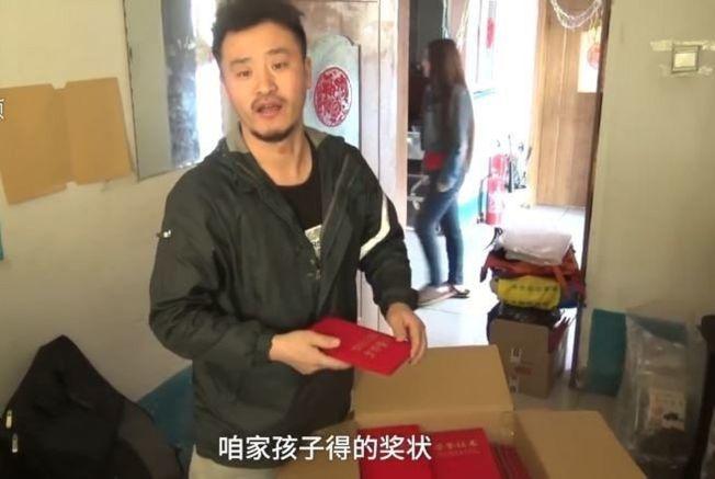王浩楠表示孩子們的獎狀是他最驕傲、最能拿出來說的事。(取材自視頻截圖)