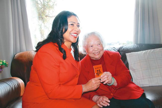 馬婆婆(右)對布里德的探視感到興奮,並且給了她一封紅包。(記者李晗/攝影)