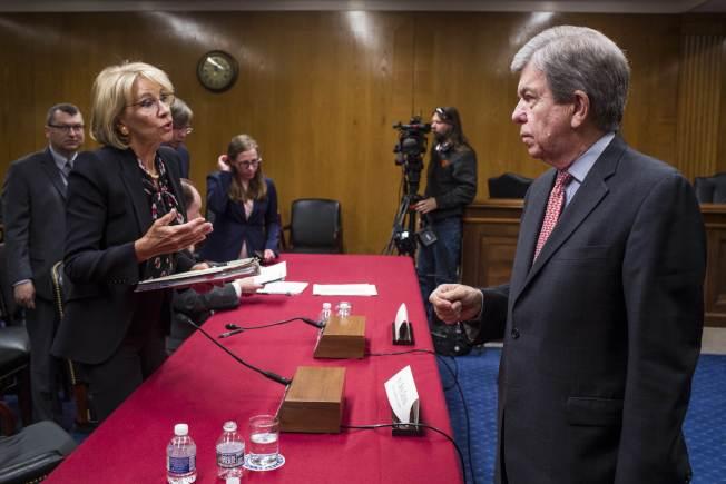 教育部長狄弗斯(左)到國會報告教育部預算。(Getty Images)