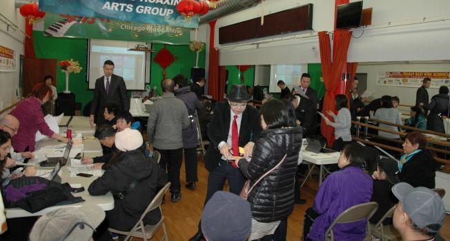 厙克郡財務長辦公室送服務到華埠,反應熱烈,大批民眾在輪候辦理手續。