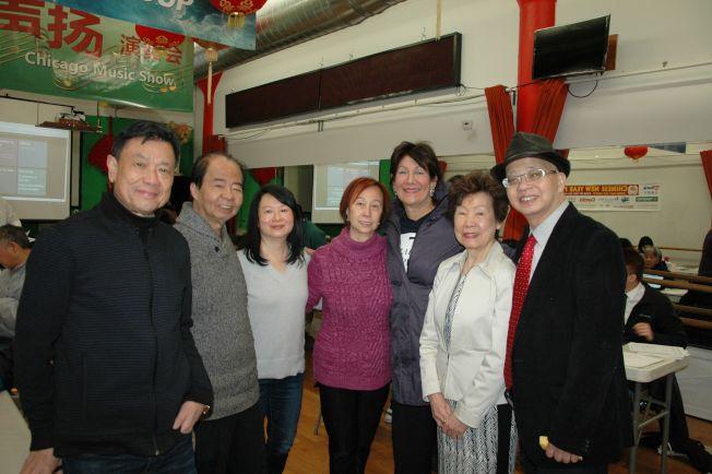 厙克郡財務長瑪麗亞. 帕帕斯(右三)、厙克郡榮譽副財長馬森柱(右一)、希林藝術學院勞潔梅(右二)、華星藝術團副團長容音寧(左二)、香港華協會會長梅小平(左三)等幫助民眾安排辦理手續。