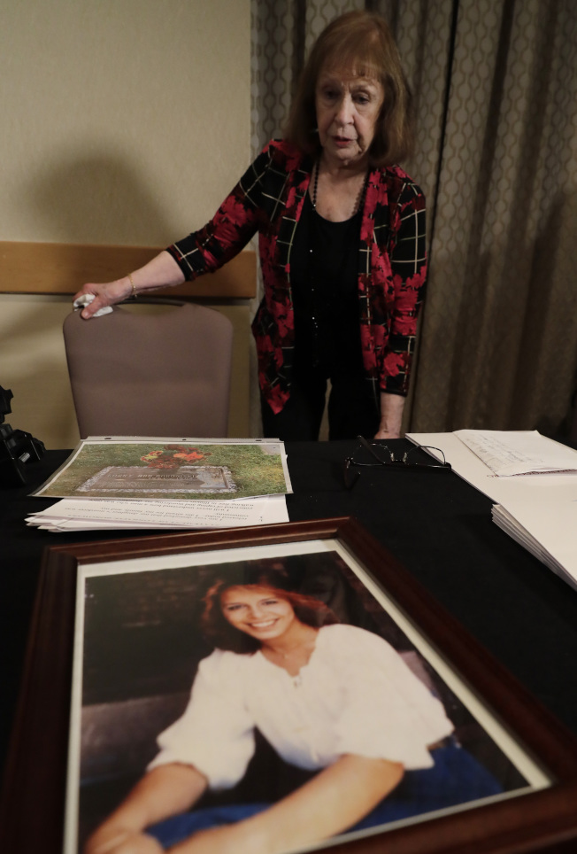 波洛斯基(後方)21歲女兒(前方照片)當年慘遭「開膛四人組」殺害。(美聯社)