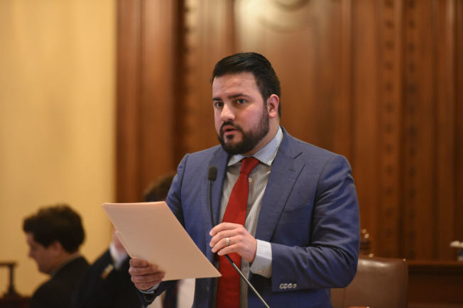 阿基諾(Omar Aquino)提出的法案日前在伊州州參議會獲批。(阿基諾官網截圖)