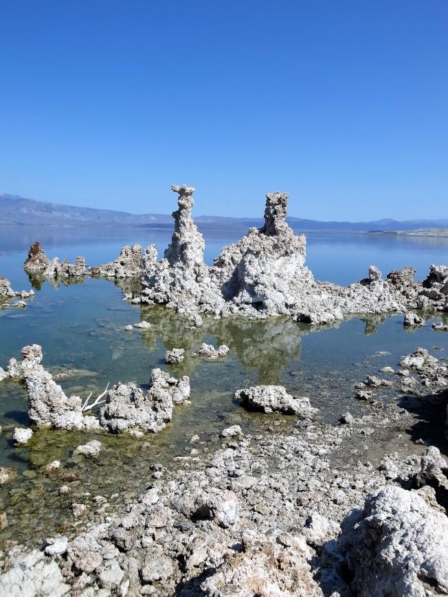 「莫諾湖」中地下水裡的鈣質碰上了水裡的鹼性物質,形成大小林立、形狀各異的石灰華。