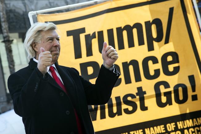 反川普者在加州好萊塢示威,要川普和潘斯下台。(歐新社)