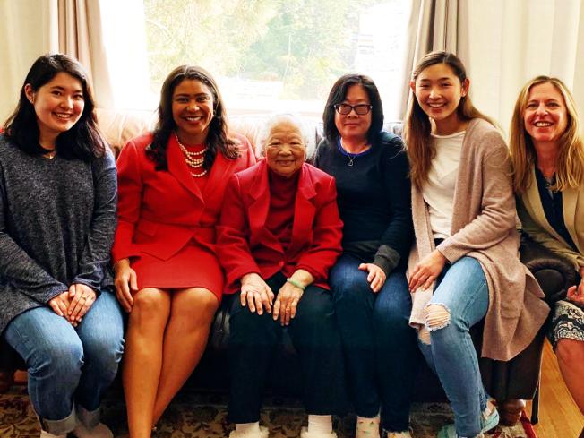 市長布里德參加舊金山為耆老送餐活動,與李女士及工作人員合影留念。(照片由市長辦公室提供)