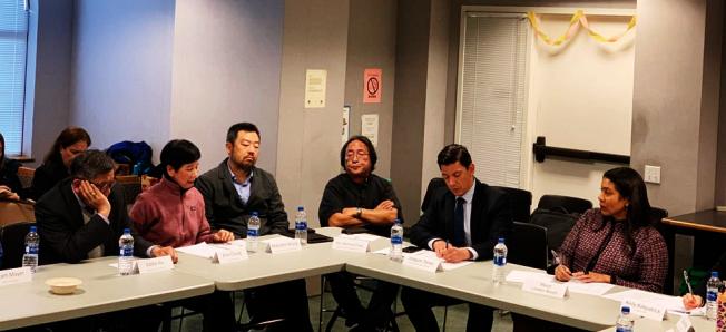 布里德市長在預算圓桌會議,傾聽華埠社區領袖的建言。(照片由市長辦公室提供)