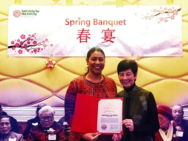 布里德頒表彰安老自助處鍾月娟,感謝她對社區耆老所作貢獻。(照片由市長辦公室提供)