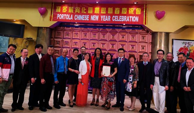 在寶多麗肖化區農曆新年慶會上,市長表彰舊金山/上海協會。(照片由市長辦公室提供)