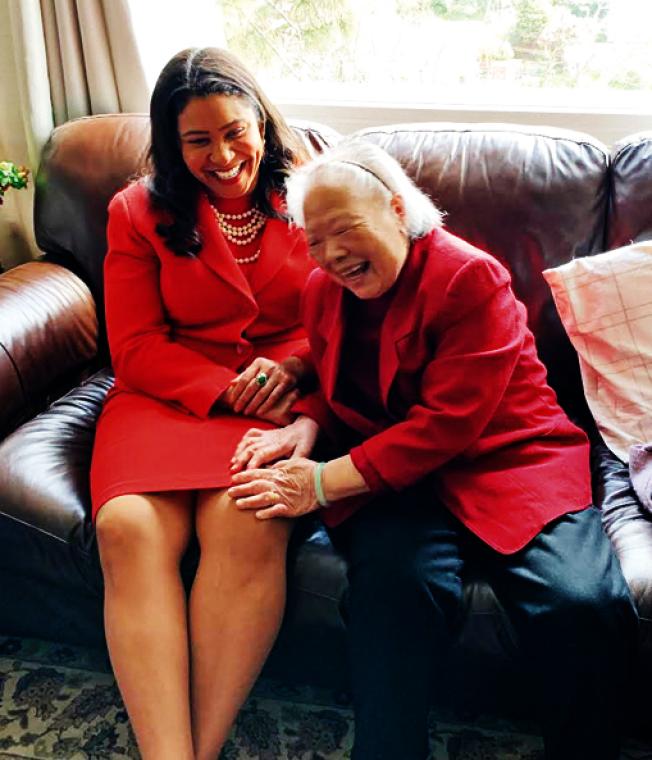 市長布里德參加舊金山為耆老送餐活動,與華裔老人李女士相見歡。(照片由市長辦公室提供)