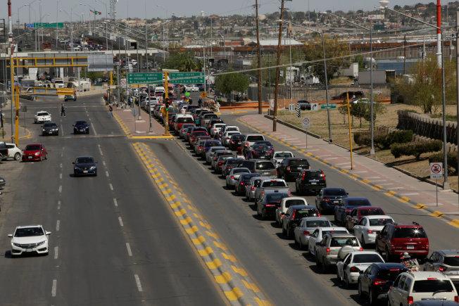 美墨邊界交通繁忙,圖為汽車在墨西哥華雷斯關口大排長龍,等候進入美國。(路透)