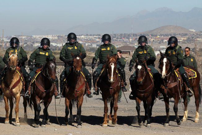 38歲的邊境巡邏隊員德拉加爾薩承認自己使用假護照詐騙身分,聯邦地方法院法官判他一年緩刑和罰款1000元。圖為在美墨邊界嚴陣以待的美國邊境巡邏隊。(Getty Images)