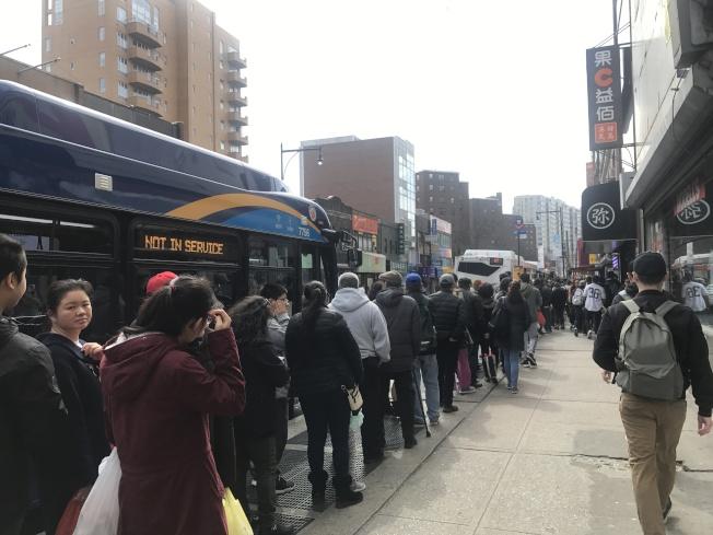 7號線30日停運緬街,緬街和羅斯福大道變「人海」。(記者牟蘭/攝影)