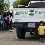 一排排躺泥地…無證移民露天羈押 在德州橋下顫抖