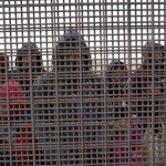 1天湧入2200人 邊境處理中心爆滿 宛如集中營